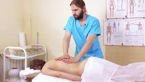A massagem entrega as partes traseiras filme