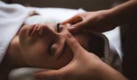 Massagem facial em termas foto de stock