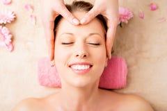 Massagem facial em termas imagem de stock