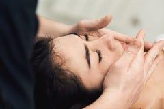 Massagem facial nos termas Clínica da cosmetologia, termas, bem-estar, conceito dos cuidados médicos Imagem de Stock