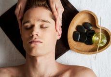 Massagem principal no homem nos termas Foto de Stock