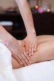 Massagem profissional da mão dos pés da mulher. imagens de stock