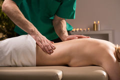 Massagem profissional no centro do bem-estar Fotos de Stock Royalty Free