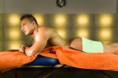 Massagem profissional traseira, bem-estar e esporte do ` s do atleta fotos de stock royalty free