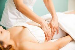 Massagem profunda do tecido em uns termas foto de stock royalty free