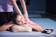 Massagem tailandesa à mulher asiática nos termas fotos de stock