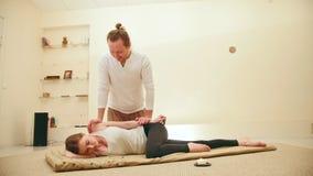 Massagem tailandesa - fêmea modelo caucasiano - o impacto na articulação do úmero e no cotovelo vídeos de arquivo