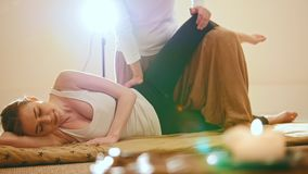 Massagem tailandesa - fêmea modelo loura caucasiano - o impacto na articulação do úmero e no cotovelo, tiro do slider filme