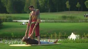 Massagem tailandesa que estica o exercício vídeos de arquivo