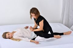 Massagem tailandesa Terapeuta da massagem que trabalha com mulher foto de stock