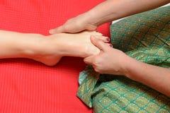 Massagem tailandesa tradicional do pé imagens de stock royalty free