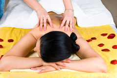 Massagem traseira da mulher com petróleo em termas foto de stock