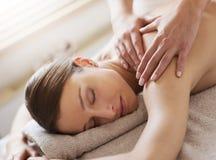 Massagem traseira de relaxamento em termas Foto de Stock Royalty Free