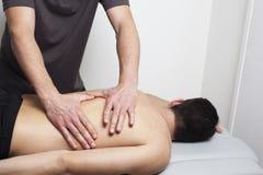 Massagen av tålmodig drar tillbaka Fotografering för Bildbyråer