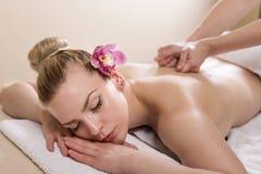 massagen kopplar av arkivfoton