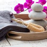 Massagen och exfoliation över rosa orkidé blommar för avslappnande bad Royaltyfria Bilder