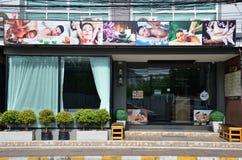 Massagen shoppar lokaliserat på en parallell gata av strandvägen Royaltyfri Fotografi