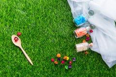 Massageobjektinställning på bakgrund för grönt gräs Royaltyfri Fotografi