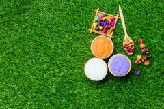 Massageobjektinställning på bakgrund för grönt gräs Arkivfoton