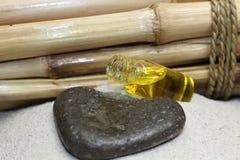Massageolja och bambu på brunnsorten royaltyfri fotografi