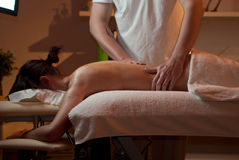 massageolja som hälls till kvinnan Arkivbilder