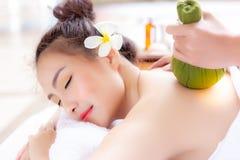 Massager или профессионал массажа ароматерапии используют травяное стоковое фото rf