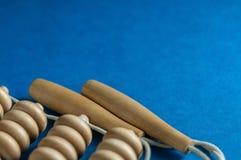 Massager de madeira do corpo com rolos no fundo azul foto de stock