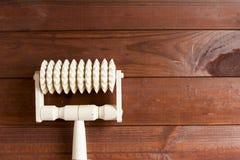 Massager di legno tenuto in mano Fotografie Stock Libere da Diritti