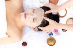 Massager masseert haar mooi klantenhoofd Aantrekkelijk ben stock fotografie