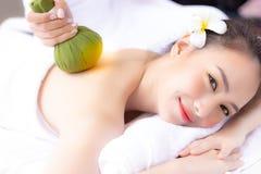 Massager odmłodnieje czarować pięknego woman's bac i masuje zdjęcia royalty free