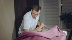 Massager wärmt weibliches Bein in einer Behandlung 4K auf stock video footage