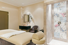 Massageraum in einem modernen Hotel Lizenzfreie Stockfotografie