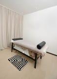 Massageraum mit einer Tabelle Lizenzfreies Stockbild