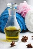 Massageschmieröl und -tücher. Stockfoto