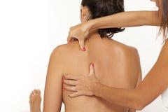 massageskulderkvinna Royaltyfri Fotografi
