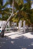 Massagetabellen auf Strand Stockfoto