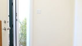 Massageterapeut Entering Front Door arkivfilmer