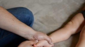 Massageterapeuten g?r f?r den som ?r ?rig, behandla som ett barn massage f?r pojkebarnrehabilitering stock video
