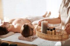 Massagetherapeut met kuuroordhoofdzaak en jong paar royalty-vrije stock afbeeldingen
