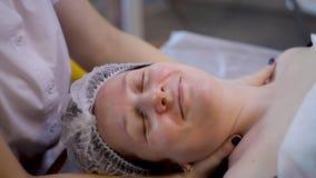 Massaggi il collo di una donna stock footage