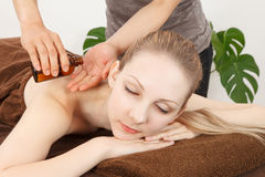 Massaggi una giovane donna Immagini Stock