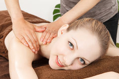 Massaggi una giovane donna Immagini Stock Libere da Diritti