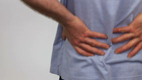 Massaggiando dolore alla schiena assente stock footage