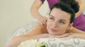 Massaggiatore che fa massaggio alla donna video d archivio