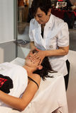 Massaggiatore con la giovane donna al fine settimana Donna 2013 a Milano, Italia Fotografia Stock