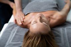 Massaggiatore professionista che fa massaggio terapeutico sul braccio di signora fotografie stock libere da diritti