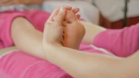 Massaggiatrice che fa fine cinese di massaggio del piede su video d archivio