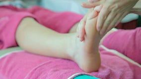 Massaggiatrice che fa fine cinese di massaggio del piede su archivi video
