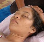 Massaggio alla spiaggia (massaggio capo) Immagine Stock