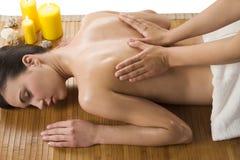 Massaggio alla stazione termale con olio Immagine Stock